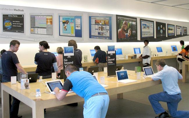 person con camiseta azul dentro de una apple store