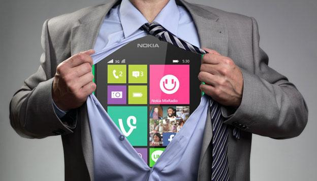 Windows Phone dentro de camisa de una persona