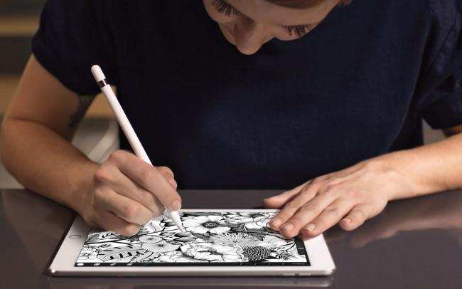 Apple iPad Pro 9.7 con lápiz digital y persona dibujando