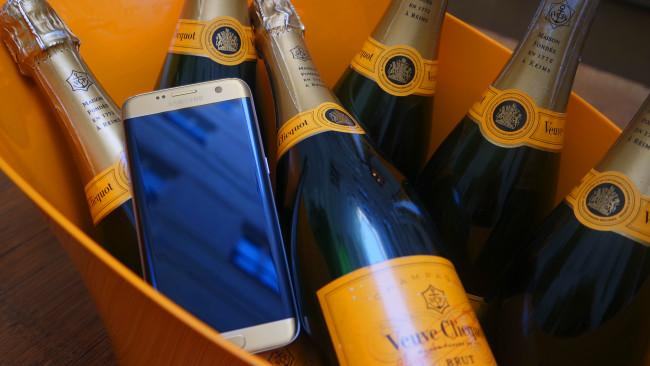 Samsung Galaxy S7 Edge con botellas