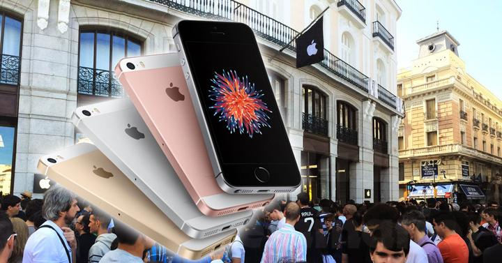 iPhone SE con gente frente a apple Store