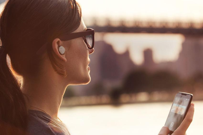 Auriculares Bluetooth conectados a un dispositivo Android