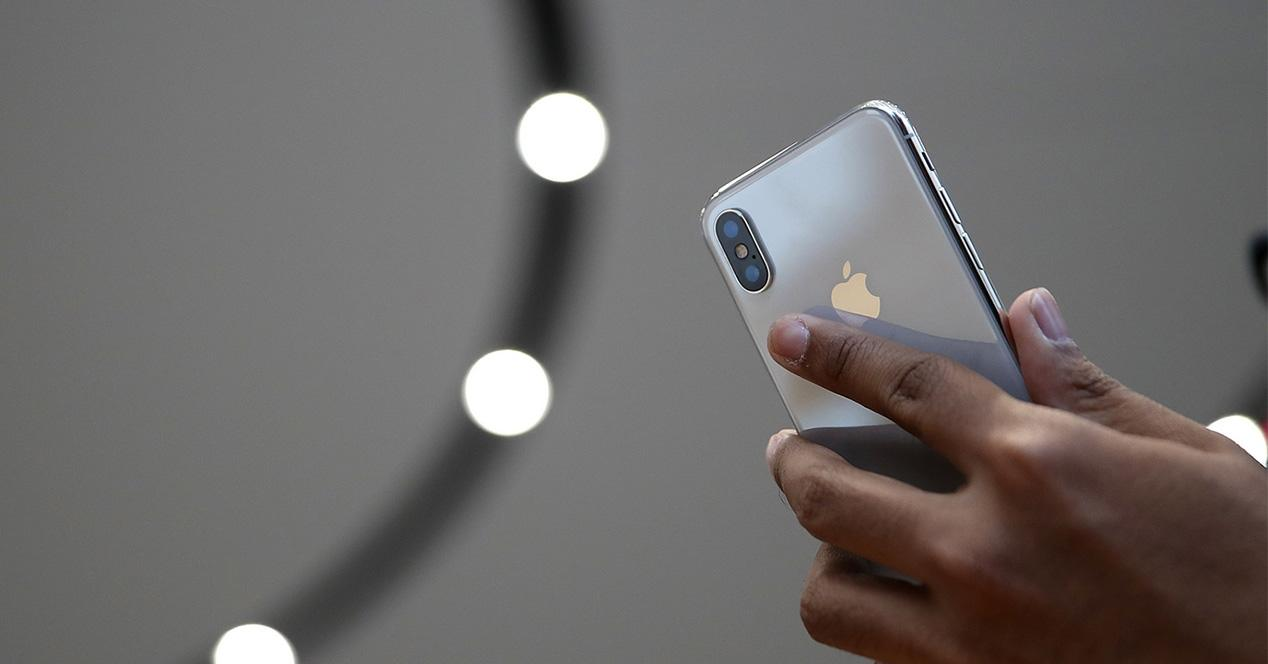iPhone X de color plata