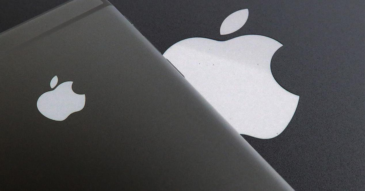 Logotipo de Apple sobre la carcasa de un iPhone