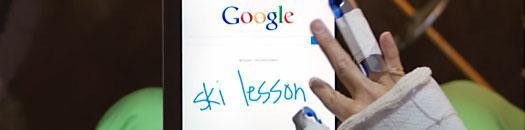 tablet con google y mano escribiendo sobre la pantalla