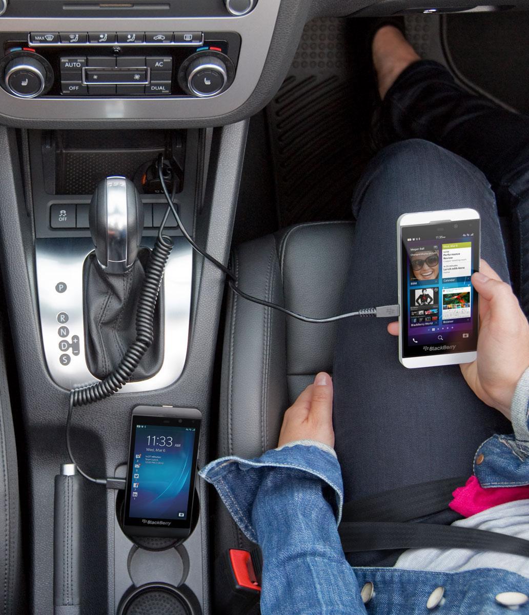 BlackBerry Z10 conectado al cargador del coche