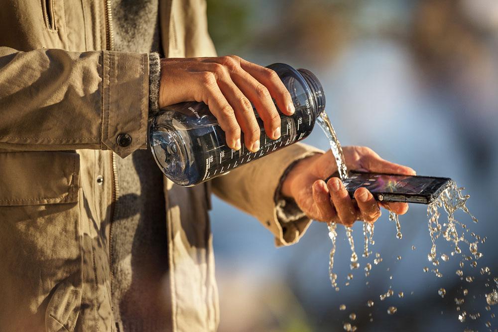 Sony Xperia ZL cayendo agua encima