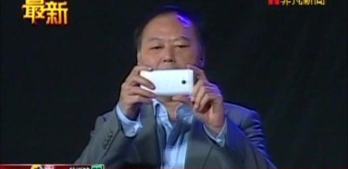 Foto de un HTC M7 de color blanco en manos de Peter Chou