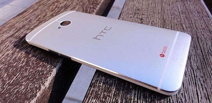 HTC One plateado vista trasera