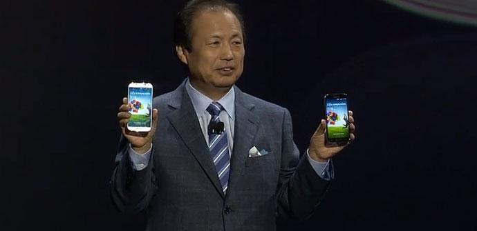 JK Shin con dos Samsung Galaxy S4