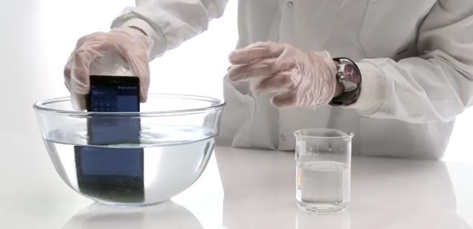 El Sony Xperia Z en una mezcla con ácido