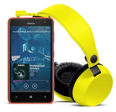 Nokia Lumia 625 con auriculares amarillos
