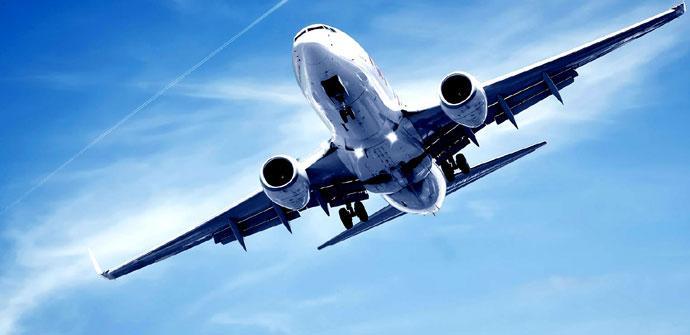 Avión sobre cielo azul