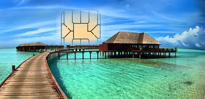 Playa con tarjeta SIM al fondo