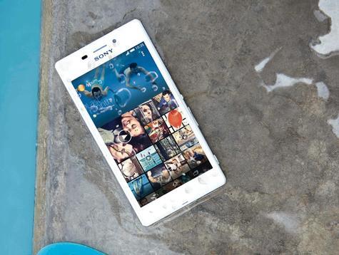 Sony Xperia M2 Aqua sobre rocas