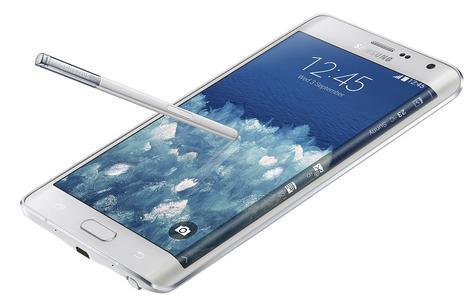 Samsung Galaxy Note Edge en color blanco con el lápiz en la pantalla