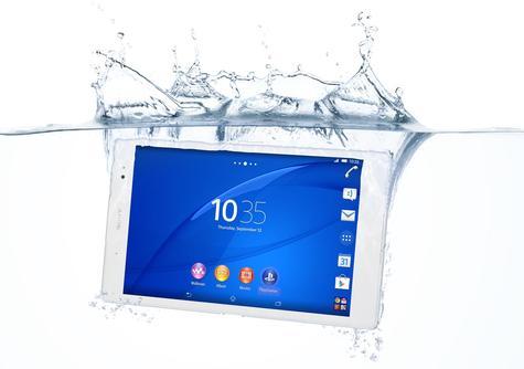 Sony Xperia Z3 Tablet Compact sumergido en el agua