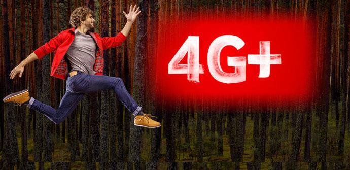 Persona saltando y logotipo de 4G plus