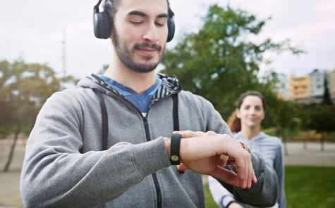 Sony Smartband Talk en color negro reproduciendo música