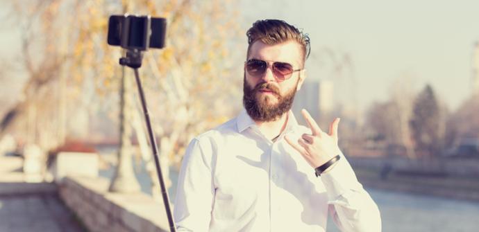 hipster con selfie stick