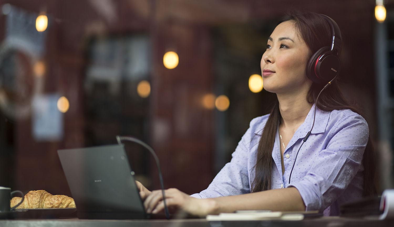 Sony Xperia Z4 Tablet y chicha usando el teclado