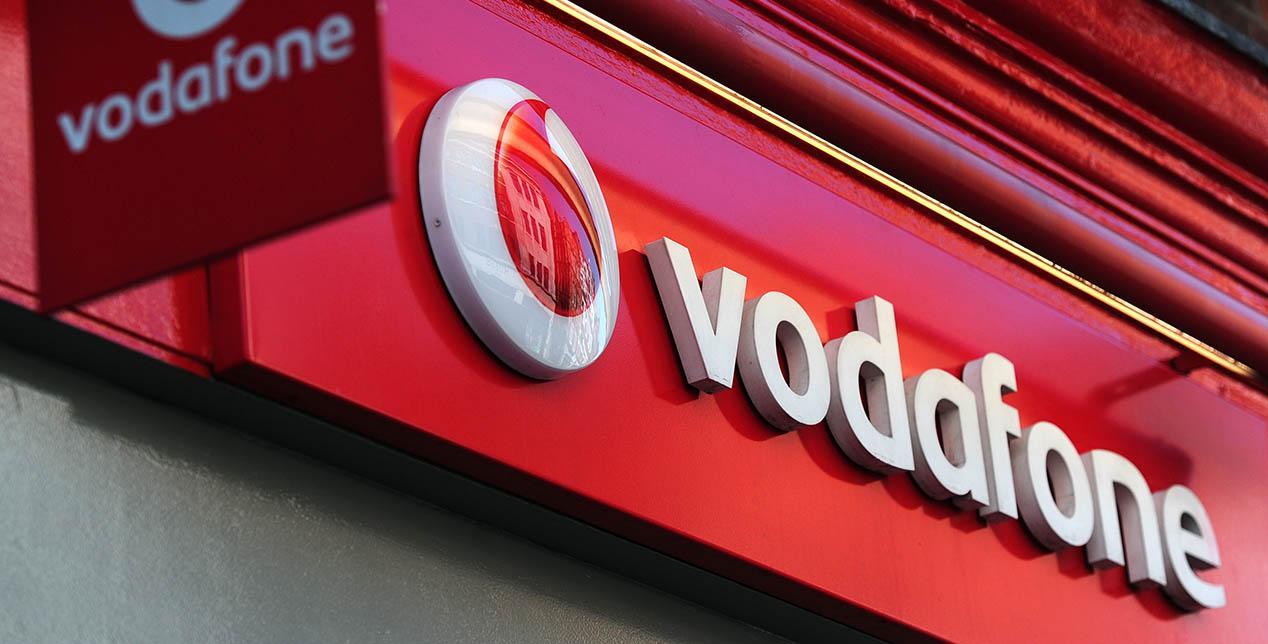 Cartel con el logo de Vodafone en una tienda a pie de calle