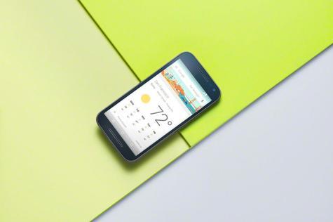Motorola Moto G Tercera Generación sobre fondo amarillo