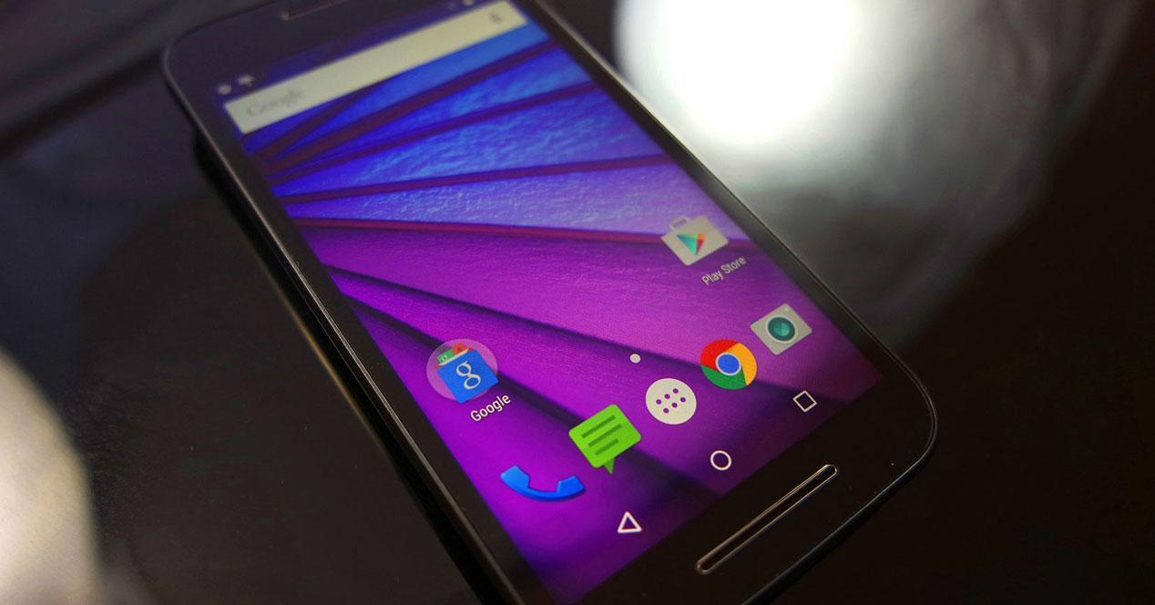 Imagen con fondo negro del Motorola Moto G 2015