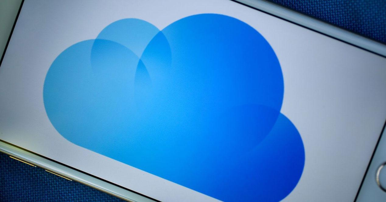 logo de icloud en la pantalla de un iphone