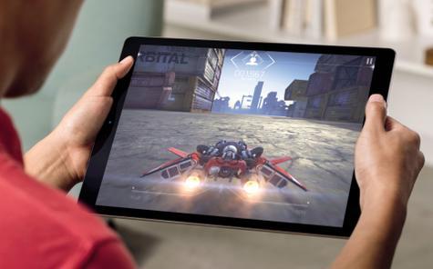 Apple iPad Pro con videojuego en pantalla