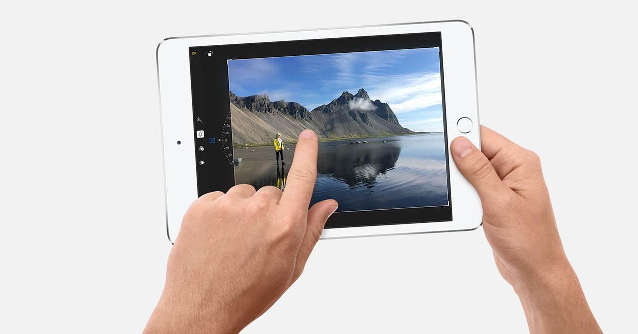 iPad mini 4 portada blanco manos