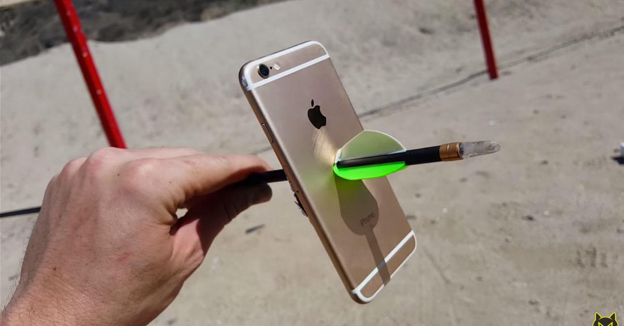 iPhone 6s con una flecha atravesada