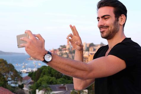 Oppo F1 y hombre haciendo gesto