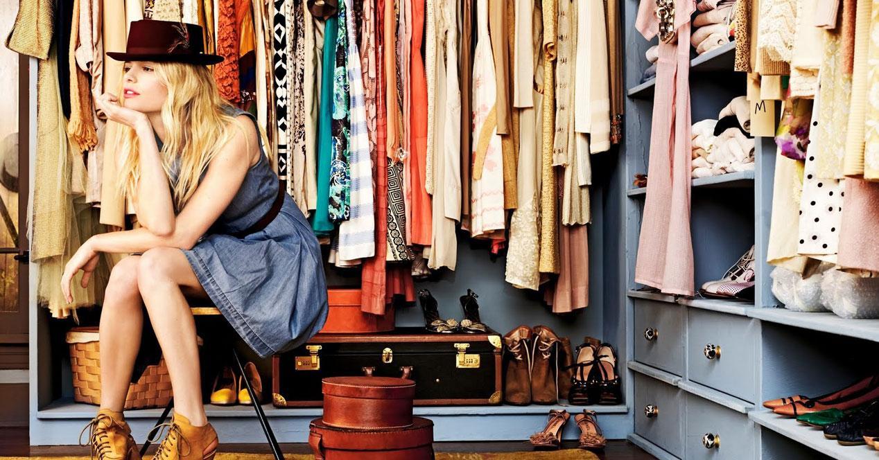 chica frente a armario lleno de ropa