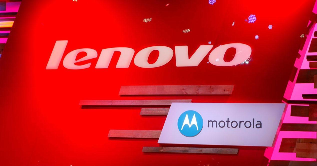 Logos Lenovo y Motorola sobre fondo rojo