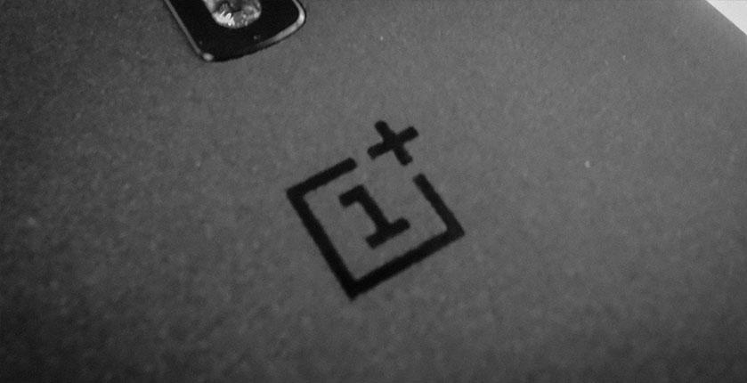 OnePlus logo en carcasa