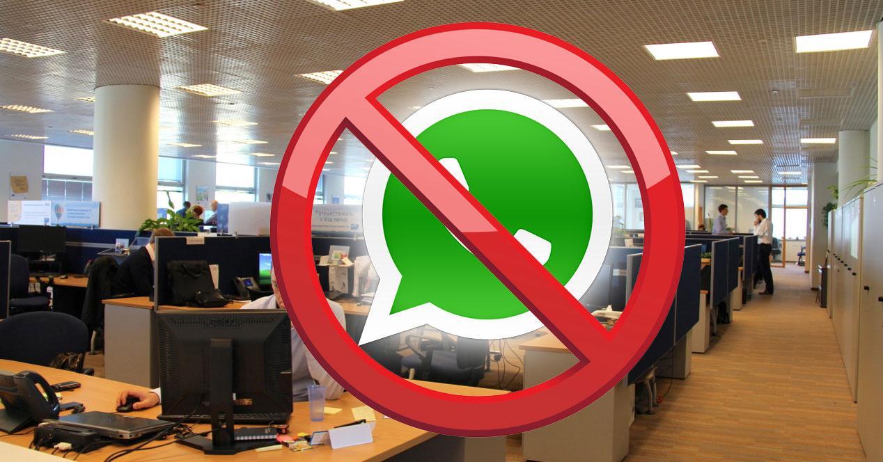 Whatsapp prohibido con fondo de imagen de oficina