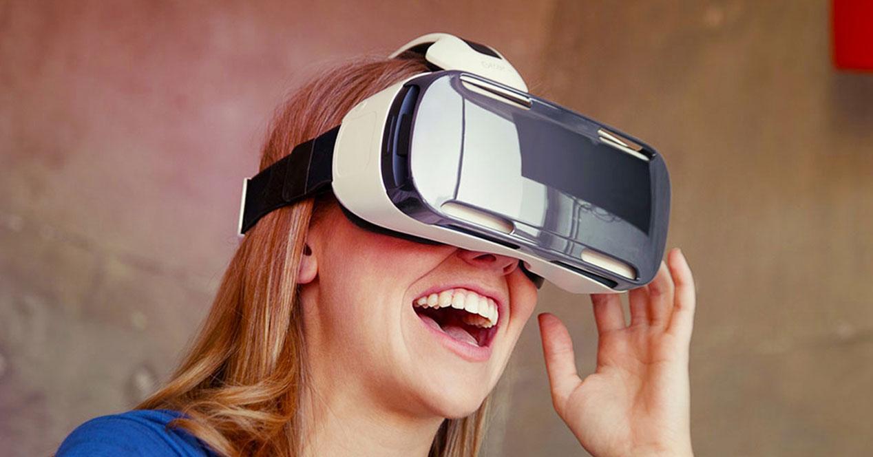 mujer con gafas Gear VR