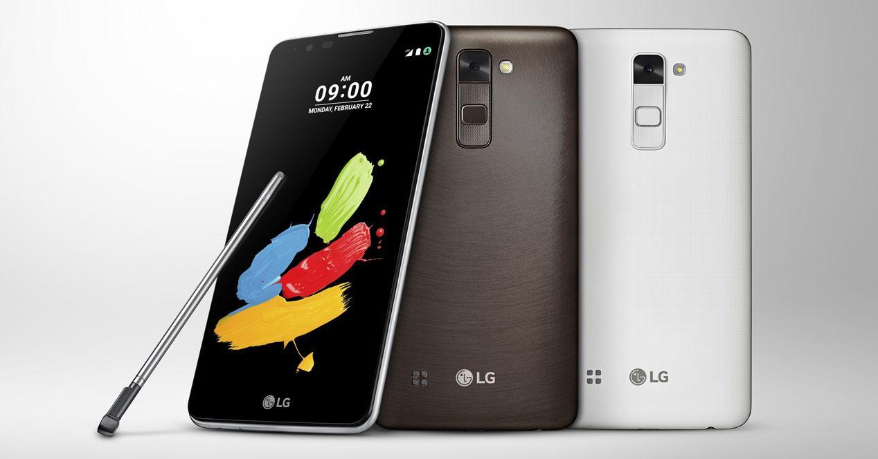 Frontal del LG Stylus 2 con puntero y trasera de modelos blanco y marrón