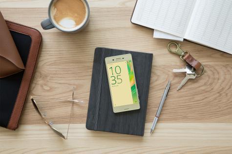 Sony Xperia X en mesa de oficina