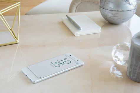Sony Xperia XA sobre mesa
