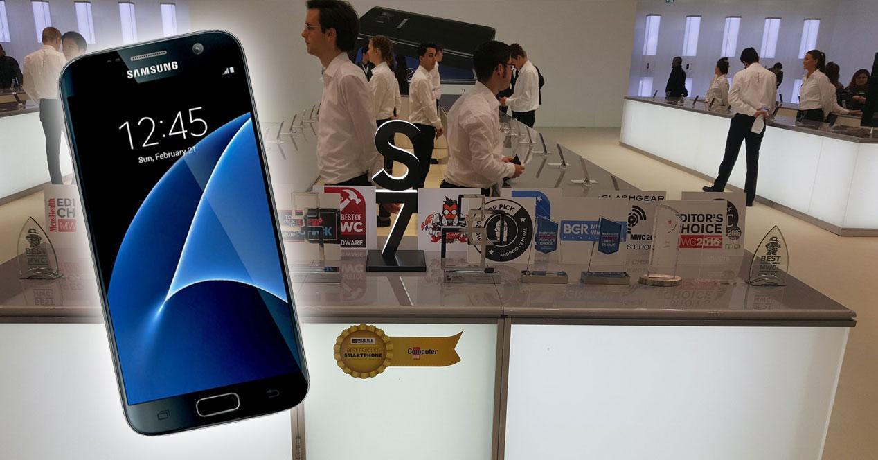 Samsung Galaxy S7 con vitrina de premios