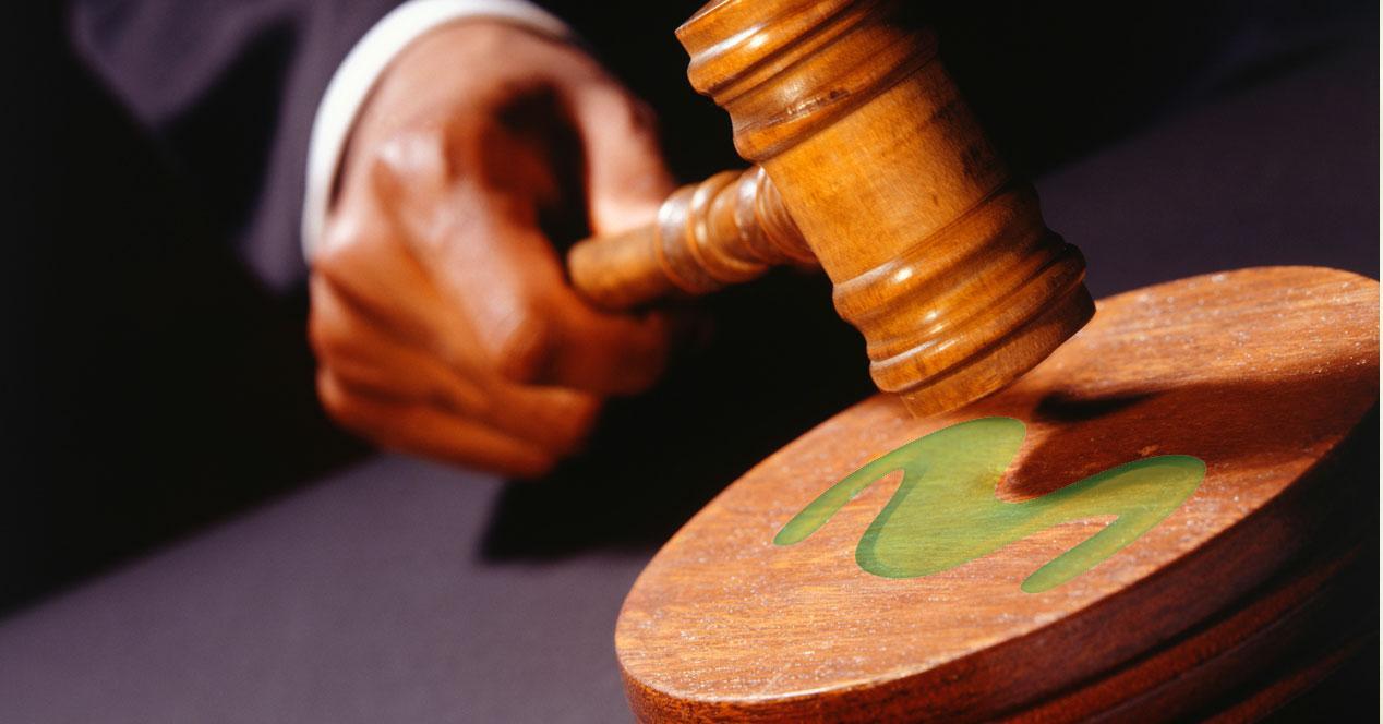 mazo de juez con logo de movistar