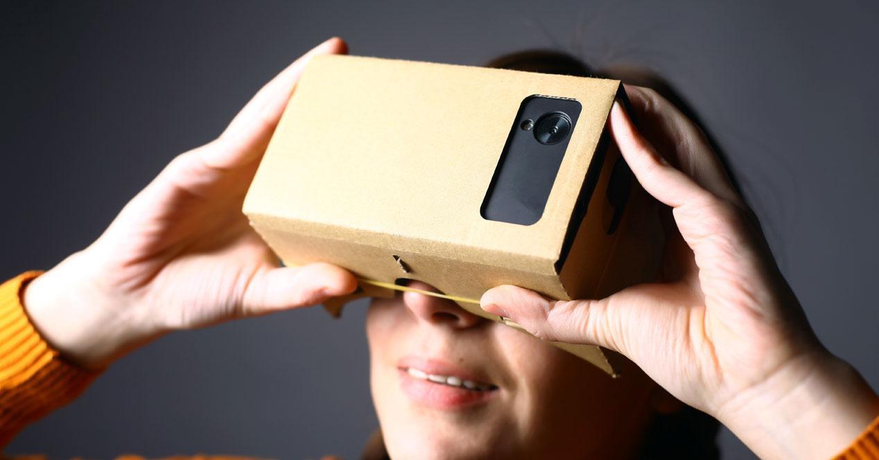 mujer con google cardboard