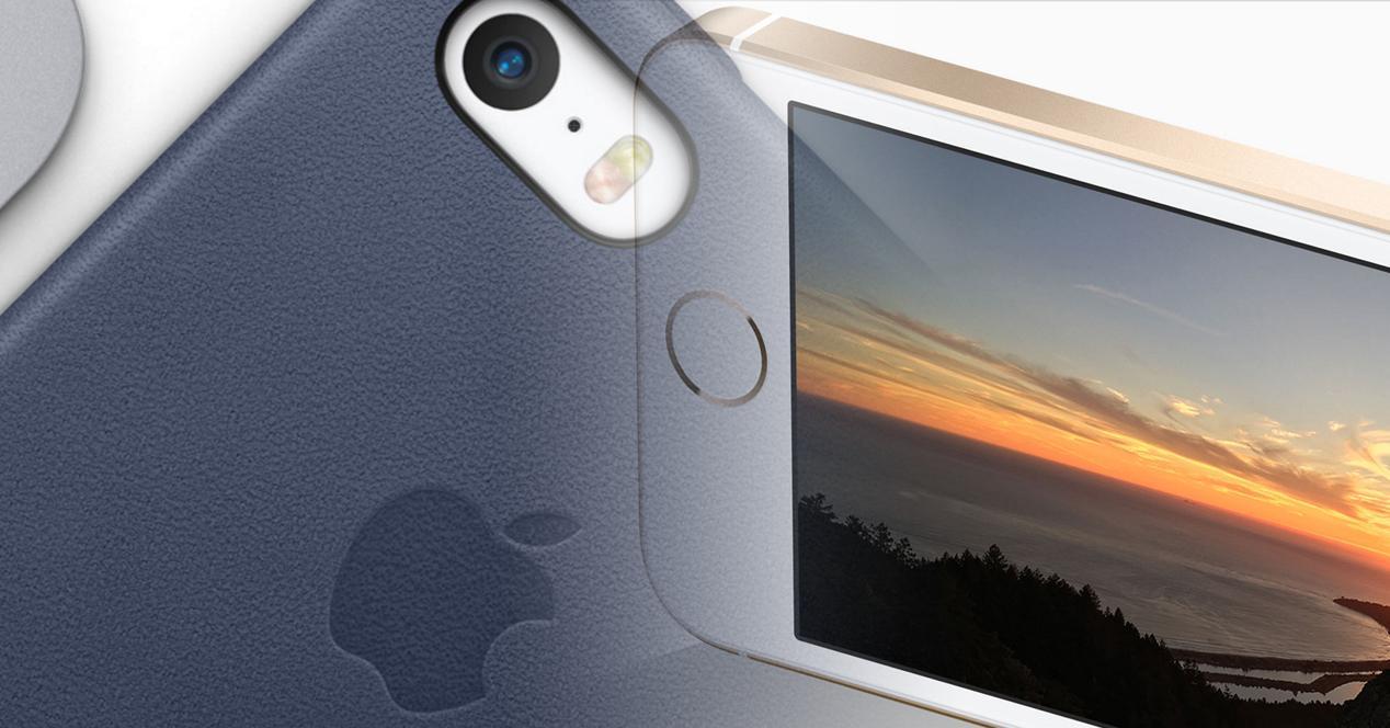 iPhone SE funda azul y modelo blanco en panorámico