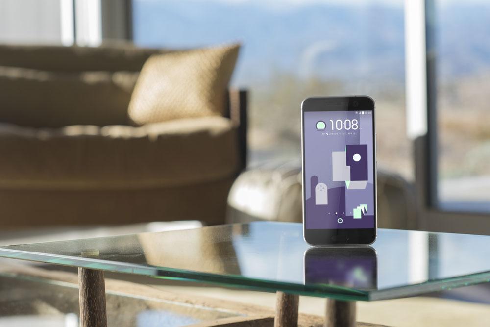 HTC 10 sobre mesa de cristal