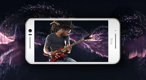 HTC One S9 con persona tocando la guitarra en pantalla