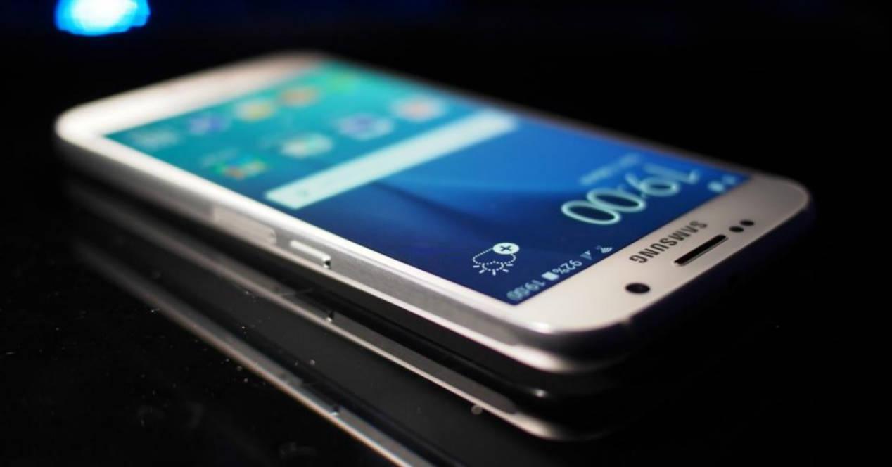 Galaxy S7 blanco sobre una mesa negra