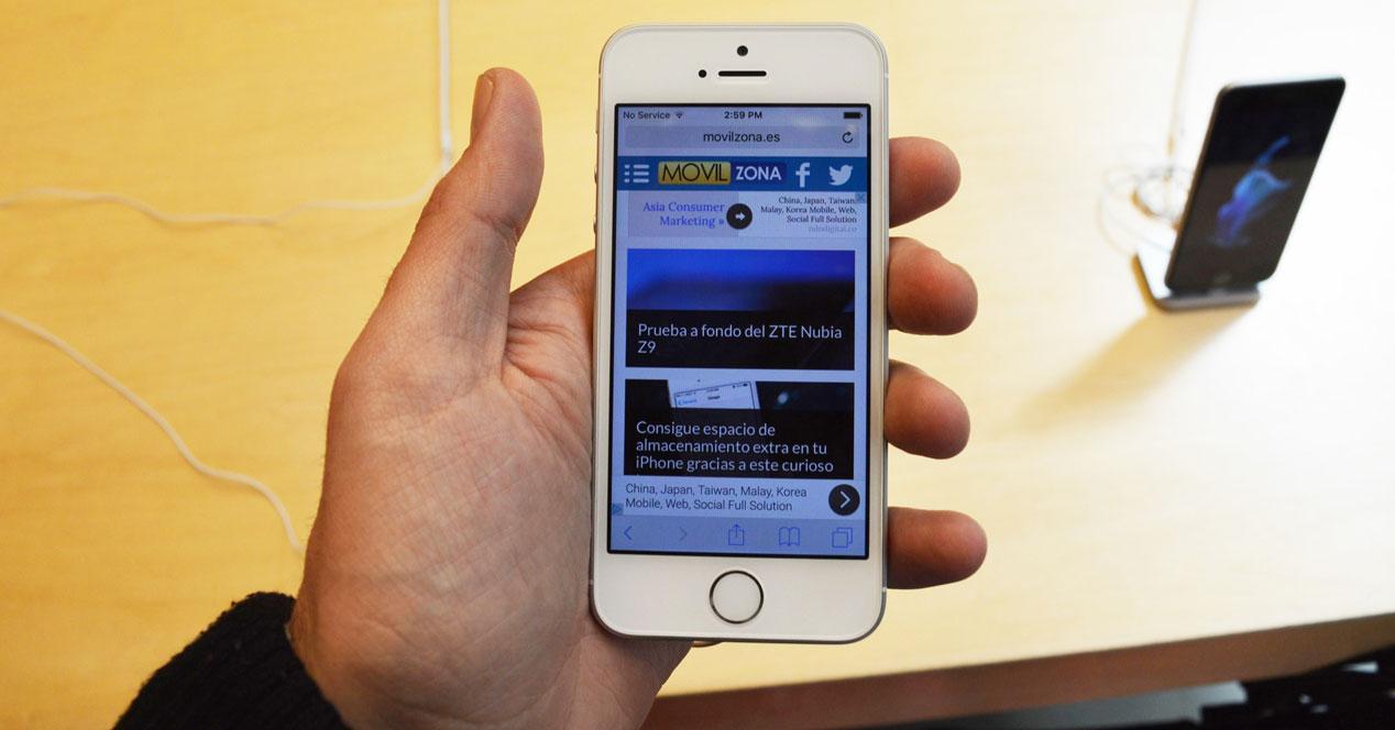 iPhone SE con movilzona en pantalla