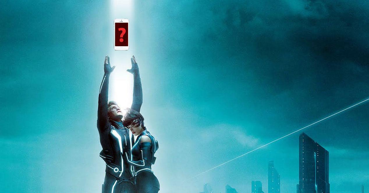 protagonistas de Tron Legacy cogiendo un teléfono